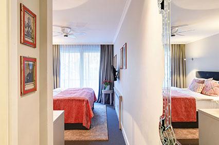 Entree Doppelzimmer zum Innenhof - mit Gartenblick - des Hotel Admiral, München